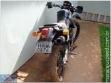 Motoqueiro perde controle de sua moto e atropela rotatória