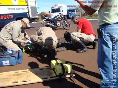 Motociclista arranca placa de sinalização na rotatória próxima à subestação de energia em Maracaju