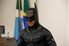 VÍDEO: bandidos furtam 'batmóvel' e levam máscara do super-herói