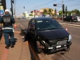 Motorista atinge poste, vai embora a pé e polícia suspeita de embriaguez