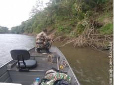 PMA troca tiros com infratores que abandonam rede de pesca e 17 kg de pescado à margem do rio e fogem para território Paraguaio