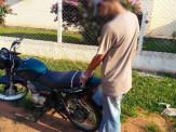 Suspeito é algemado a moto até ser levado para delegacia em Campo Grande