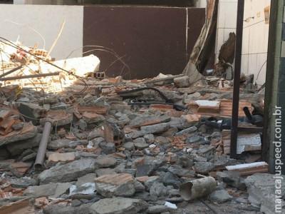Muro cai durante demolição e pedreiro tem traumatismo craniano
