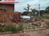 Maracaju: Veículo desgovernado destrói árvores e muro de residência no Conjunto Giazone