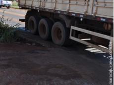 Maracaju: Empresa resolve problema de saída de obras de viaduto jogando terra com barro em buraco