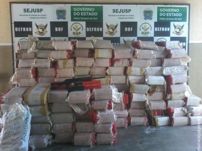 DOF apreende caminhão com arma de fogo e quase três toneladas de drogas