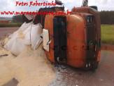 Maracaju: Caminhão Mercedes Benz tomba em mini anel deixando quase toda a carga na via