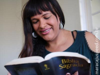 """Filha de pastor, Luana é transexual que não abre mão de ser """"serva de Deus"""""""