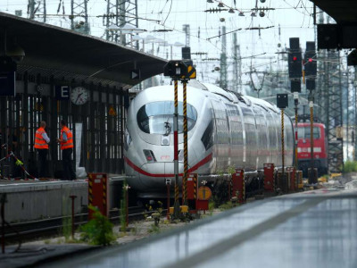 Criança morre após ser empurrada em trilho de trem com a mãe