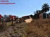 Maracaju: Carreta bitrem tomba na MS-162 e condutor fica preso dentro de cabine