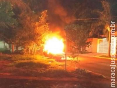 Veículo abandonado é incendiado em rua do Monte Castelo