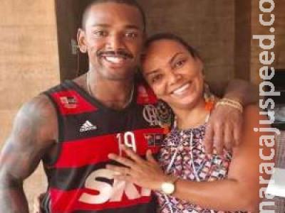 Brigada com o filho, mãe de Nego do Borel vende marmita para sobreviver