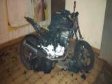 Maracaju: Dupla incendeia motocicleta na região central. Ação pode ter sido cometido por desafetos do proprietário do veículo