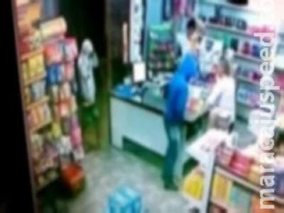 Dono e cliente são amarrados e dupla 'limpa' caixa de supermercado em MS