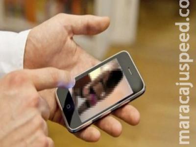 Mulher tem vídeo íntimo divulgado em grupo de WhatsApp e procura delegacia