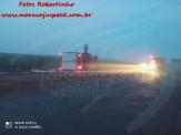 Maracaju: Condutor de caminhão frigorífico carregado com carne, não visualiza rotatória devido a neblina, colidi contra enorme pedra e tomba