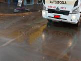 """Maracaju: Mulher conduzindo bicicleta elétrica atravessa cruzamento, em ação semelhante a """"roleta russa"""", e quase é colhida por caminhão"""