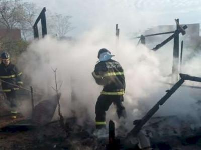 Barraco pega fogo e família perde móveis e enxoval de bebê de 4 meses
