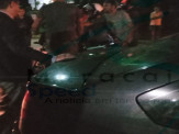 Maracaju: Condutor de motocicleta perde controle e colidi com veículo estacionado. Motociclista ficou embaixo do veículo