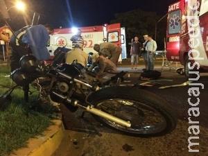 Van colide com moto e condutor fica gravemente ferido em avenida