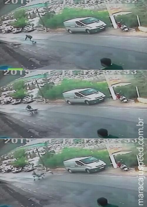 Homem salva bebê em carrinho desgovernado