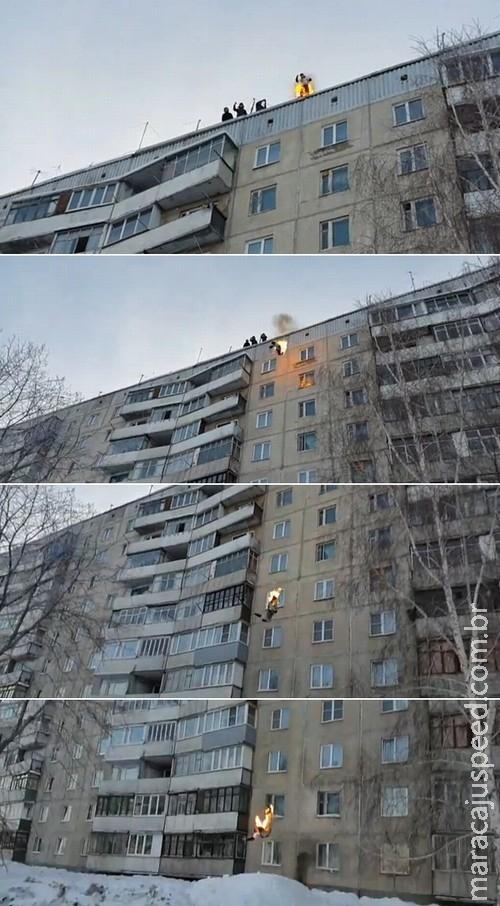 Homem em chamas salta do alto de prédio e cai em monte de neve
