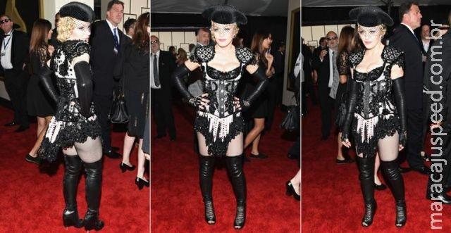 Aos 56 anos, Madonna aposta em look sensual e exibe o bumbum no Grammy