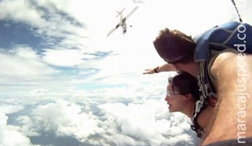 Dupla de skydivers é quase atingida no ar por avião