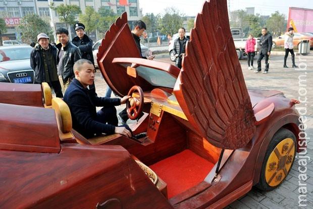 Homem gasta quase R$ 45 mil para construir carro de madeira