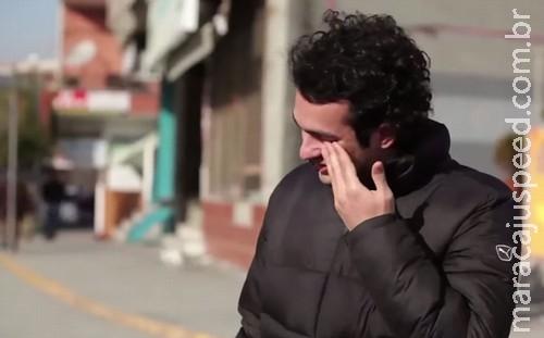 Vizinhança aprende língua de sinais para surpreender morador surdo