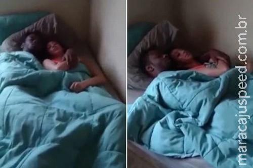 Homem flagra a namorada com outro na cama, filma e posta em site