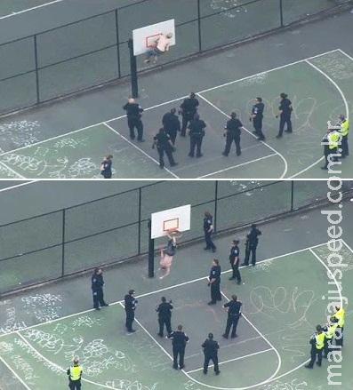 Jovem é resgatado após ficar preso em cesta de basquete