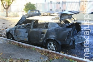 Carro é destruído por incêndio em Campo Grande