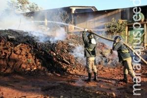 Incêndio atinge amontoado de madeiras em depósito de empresa