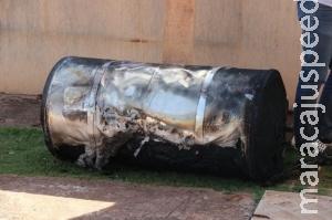 Incêndio atinge placas de aquecimento solar e barril em loja de equipamentos