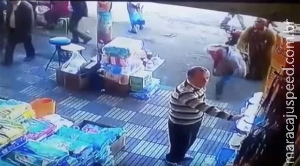 Vídeo flagra mulher derrubando homem com soco após assédio
