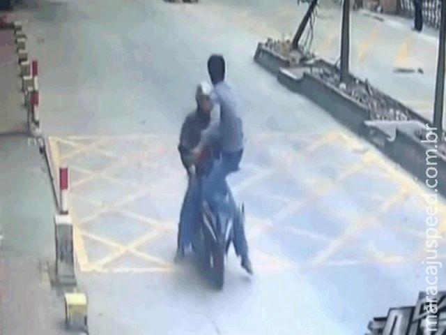 Chinês dá voadora e derruba motociclista que roubou seu celular