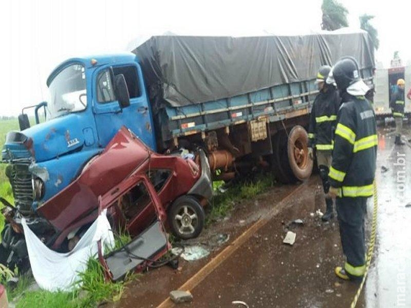 Casal de agricultores morre em colisão entre carro e caminhão