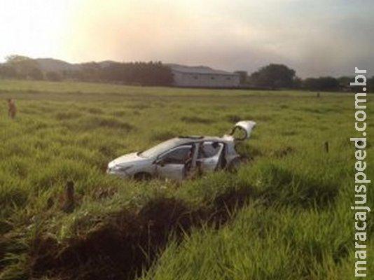 Casal fica ferido após condutor perder controle e capotar na BR-262