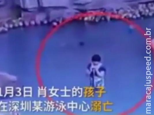 Criança de 4 anos morre afogada enquanto mãe usava celular na piscina