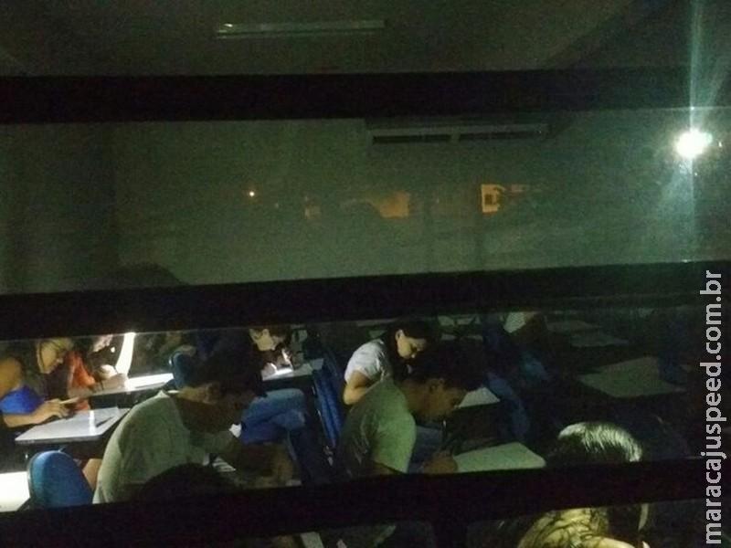 Devido a apagão, universitários usam lanternas para fazer prova no Ceará