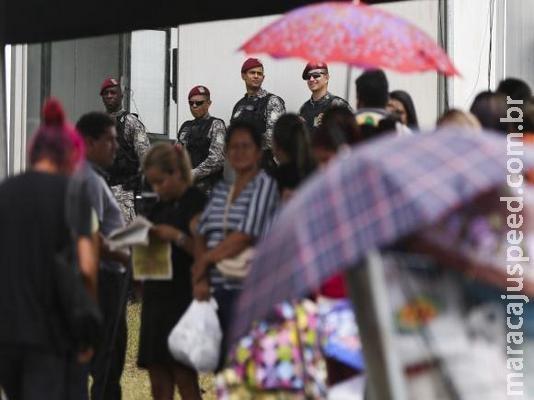 Em dia de revista em prisões de Manaus, PM encontra 66 celulares
