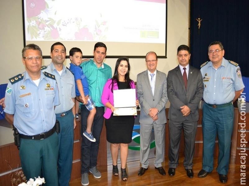 Dra. Simone Almada Góes (MPE) recebeu prêmio Tenente-Coronel Ana Neize Baltha por indicação da PM de Maracaju