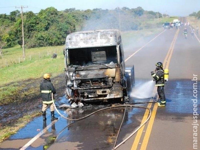 Chamas em cabine se espalham e destroem caminhão na MS-395