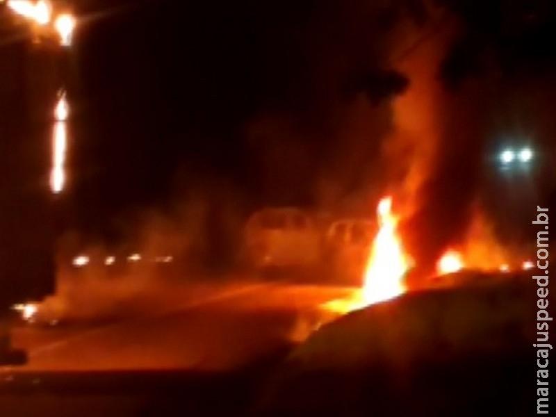 Quadrilha explode caixas eletrônicos; policial fica ferido