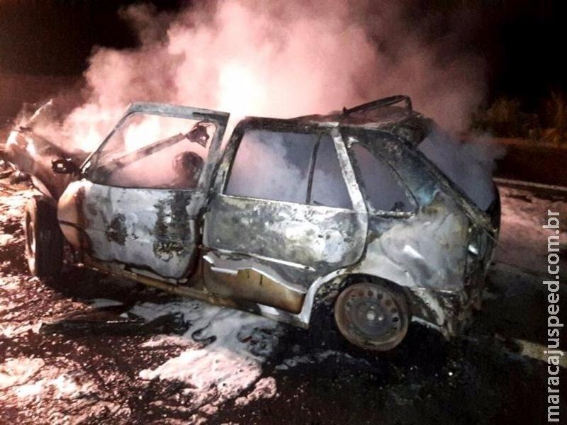 Carro bate em carreta e dois morrem carbonizados