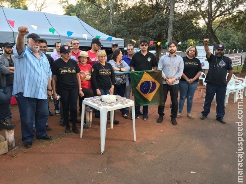 Protesto dos policiais civis teve bolo para lembrar o primeiro mês de acampamento