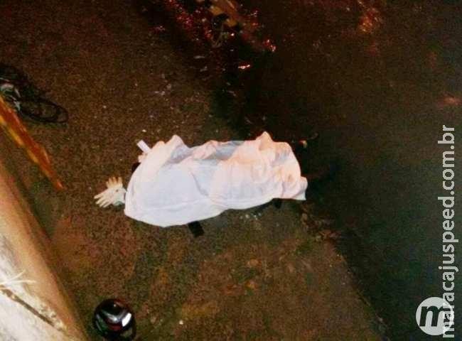 Entregador de lanches morre após ser atingido por carro e jogado em córrego