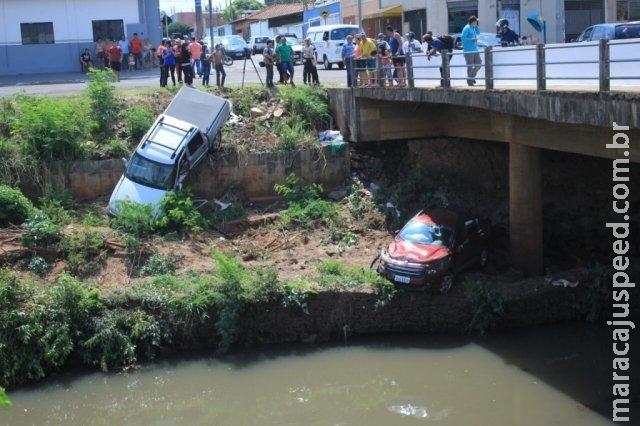 Fiat Toro e S10 caem em barranco de rio após batida na Ernesto Geisel