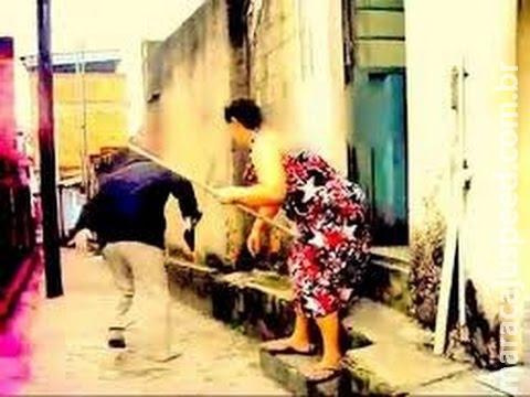 Marido nega dinheiro para mulher beber e apanha dela no meio da rua